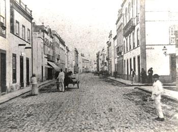 La calle Triana luce su empedrado en 1890./ LUIS OJEDA (AFHC-FEDAC)