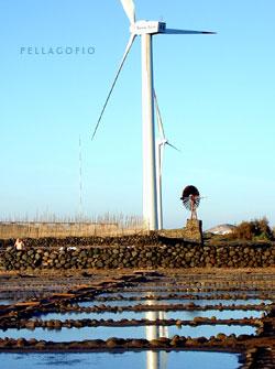 Aerogeneradores junto a un viejo molino de viento en las salinas de Tenefé./ ITC