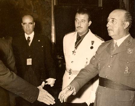 Franco dando la mano durante su visita al Cabildo de Gran Canaria ese mismo año./ FOTO MARTÍN SANTOS YUBERO (AFHC-FEDAC)