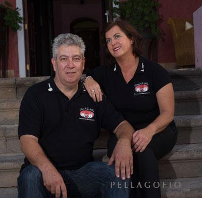 Los propietarios del hotel, Mari Carmen Lleó y Santiago Espada.| FOTO TATO GONÇALVES