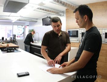 Tajinaste es una de las bodegas que colabora con Local Lab. Bodeguero y chef estudian aquí un menú (En la iimagen de cabecera, El chef Juan Carlos Clemente (dcha.) en el Gastro Lab con el bodeguero Agustín García (Tajinaste). Al fondo, el chef Seve prepara un programa para RTVC). | FOTOS Y. MILLARES