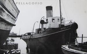 El remolcador 'España II' varado en el puerto de Sanata Cruzde Tenerife en 1952, para unas reparaciones.| FOTO CEDIDA POR J. GARRIDO