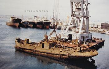 El 'España II' es reflotado en 1987, para hundirlo fuera de las aguas del puerto de La Luz.| FOTO GARRIDO (ARCHIVO PELLAGOFIO)