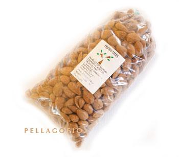 Bolsa de medio kilo de almendras palmeras de la Sociedad Cooperativa Agrícola Virgen del Pino./ Y. M.