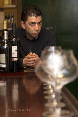 """""""Me gustan todos aquellos vinos que son capaces de expresar su región y en el que el valor humano está por encima del valor comercial"""", opina Mario Reyes."""