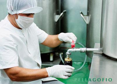 Así se envasa la miel de palma en una industria artesana de La Gomera./ Y. M.
