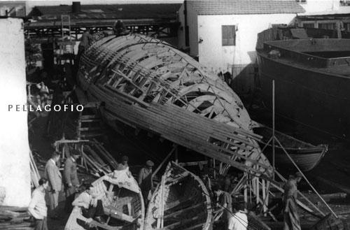 """El esqueleto de la ballena, a medio construir, en el varadero Hull Blyth de la Compañía Carbonera.  FOTO RAVELO (COLECCIÓN CÉSAR DÍAZ Y LEONARDO CABRERA EN EL BLOG """"CONOCE LA ISLETA"""")"""