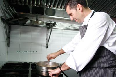"""El chef durante la preparación de las recetas del reportaje """"Siete islas en siete platos""""./ Y. M."""