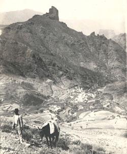 Un marchante con su mula deja atrás el pueblo de Tejeda, bajo la imponente figura del roque Bentayga (1925)./ AFHC-FEDAC