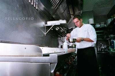 Fabio Santana prepara aceite de vainilla para el cherne con puré de castañas./ Y. M.