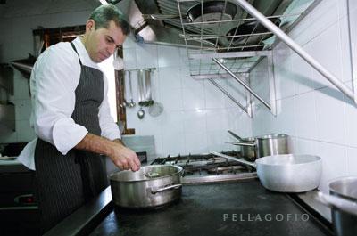 Pedro Rodríguez comprueba, cuchara en mano, una salsa./ Y. M.
