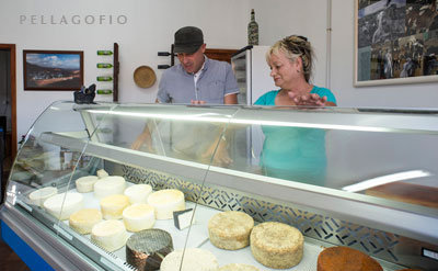 Isidoro Jiménez visita la tienda de la quesería Rubicón, en Femés, en la que venden su propia producción.