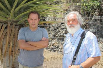 Rafael S. Almeida (izq) y Águedo Marrero junto al drago 'tamaranae' en flor del Jardín Canario./ FOTO Y. M.