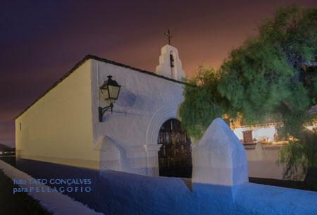 Ermita de la Caridad y, detrás, el edificio de Bodegas Rubicón./ FOTO TATO GONÇALVES