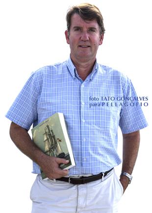 Carlos Cólogan con su libro 'Un corsario al servicio de Benjamin Franklin'.