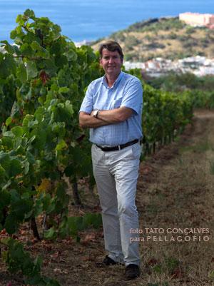 Carlos Cólogan entre viñedos en el valle de la Orotava (Tenerife).
