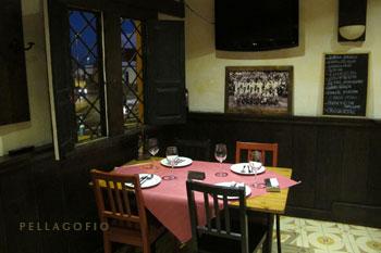 Un rincón del comedor, con la mesa puesta a la espera de clientes. | FOTO Y. M.