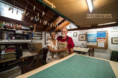 Guido Kolitscher y Elena González en el taller donde el artista hace las planchas para sus aguafuertes.