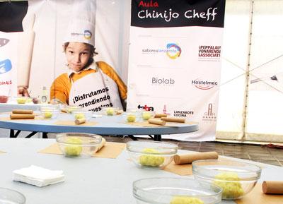 En el Aula Chinijo Chef los niños conocen productos y preparan platos para una dieta saludable.| FOTO YURI MILLARES