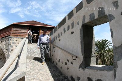 Una rampa con pavimento empedrado facilita el acceso de los bueyes a la noria. | FOTOS YURI MILLARES