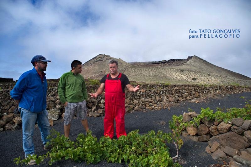 Junto al volcán de la Corona (Lanzarote), los autores del libro con el bodeguero Ricardo Socas.| FOTO TATO GONÇALVES