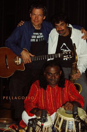 Torsten de Winkel, director artístico del Bimbache openArt Festival con Kike Perdomo y Nantha-Kumar.