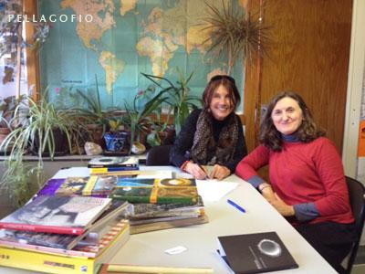 Sabine Willmann con la profesora Herminia Martínez, del Área de Escultura del Departamento de Arte de la Facultad de Bellas Artes de Cuenca.