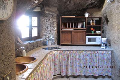 La cocina se asoma al exterior desde la casa-cueva. | FOTO Y. M.