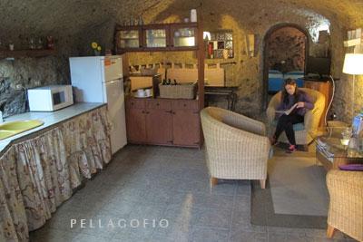 Salón de una de las casas cueva de turismo rural de Artenatur en el barrio de Las Arbejas. | FOTO YURI MILLARES