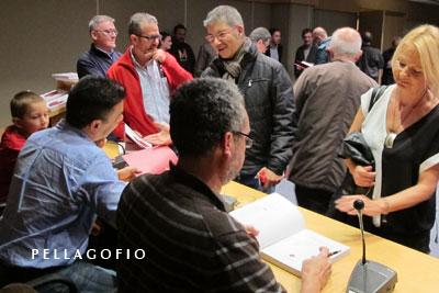 Firma de ejemplares tras la presentación del libro.| FOTO CLARA PÉREZ