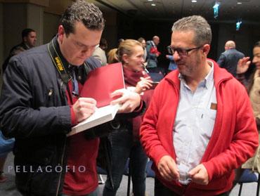 Carlos González, responsable de Comunicación del libro, también tuvo que firmar ejemplares.| FOTO CLARA PÉREZ