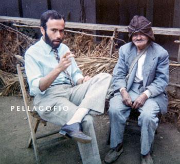 """Totoyo Millares habla con """"el informante"""", como llama a este viejito que le orientó en su búsqueda por Garafía./ FOTO LUIS ORTEGA ABRAHAM"""