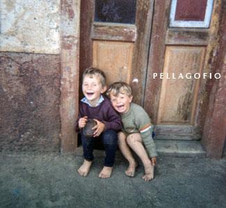 En su investigación etnográfica musical por las Islas no faltan documentos fotográficos como el de éstos niños./ FOTO TOTOYO MILLARES