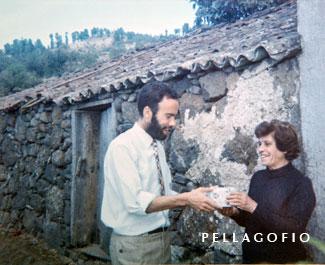Totoyo entrega a Inés Mata un regalo durante su visita a Las Tricias, donde la grabó cantando un romance del s. XVI./ FOTO LUIS ORTEGA ABRAHAM