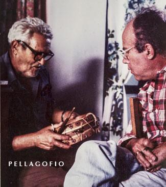 Totoyo y Felisindo hablando sobre el tamboril palmero, en Las Tricias en 1978.| FOTO YURI MILLARES