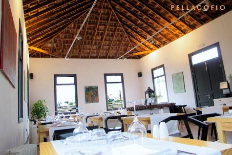 En un gran salón que ocupa lo que fue la antigua casa del medianero de la finca, el comedor del restaurante.  YURI MILLARES