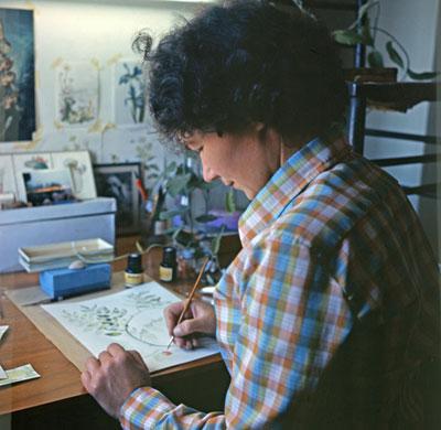 Mary Anne Kunkel dibujando plantas en su casa, en Gran Canaria (1970)/ FOTO GÜNTHER KUNKEL
