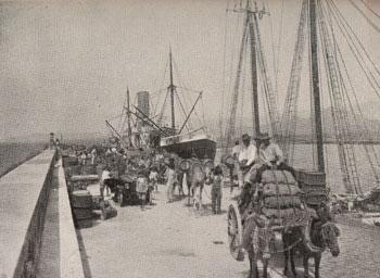 El muelle de Arrecife a la llegada del vapor correo en los años 30 del siglo XX./ FOTO AFHC-FEDAC