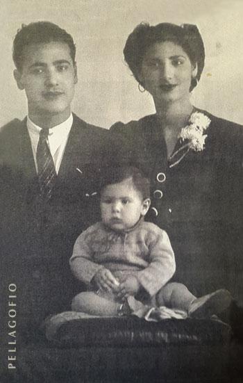 Agustina con su marido Aurelio (con apenas 16 y 17 años, respectivamente) y su primer hijo.  ARCHIVO YURI MILLARES