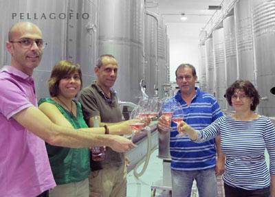 El personal de la bodega brinda con el enólogo y con el presidente de la SAT de viticultores (ambos en el centro).| FOTO YURI MILLARES