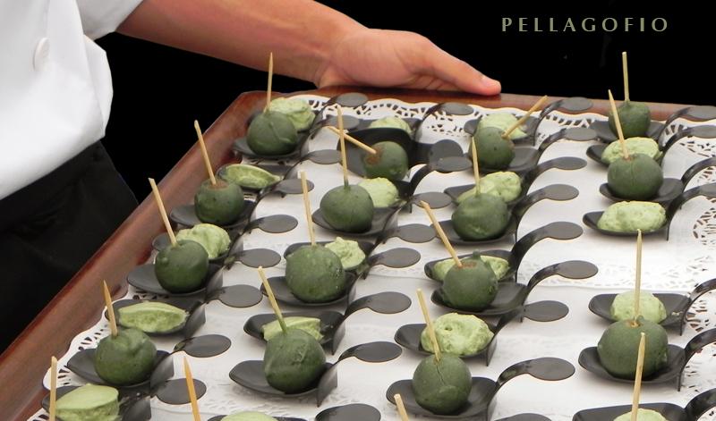 Bandeja de minipellas de gofio con espirulina durante una degustación. | BEA