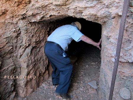 Galería excavada en las afueras de Antigua que se utilizó como polvorín.| FOTO YURI MILLARES