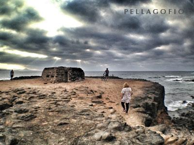 Paseantes de la ciudad de Las Palmas junto a un búnker en El_Confital, cerca de la playa de Las Canteras | foto LUIS ROCA ARENCIBIA.
