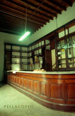 El mostrador de la dulcería con sus vitrinas casi vacías en una foto de 2000.| FOTO YURI MILLARES