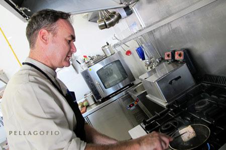 El chef elabora sus platos a la vista del cliente, en una cocina luminosa que se muestra tras un gran cristal. | FOTO Y. M.