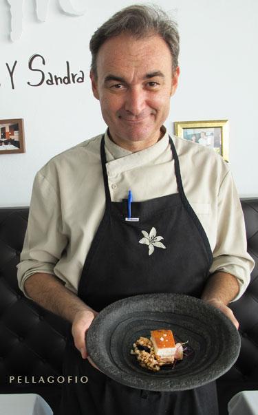 Orlando Ortega, chef y propietario del restaurante Lilium, con su panceta con caldo de trigo y ajo negro. | FOTO Y. M.