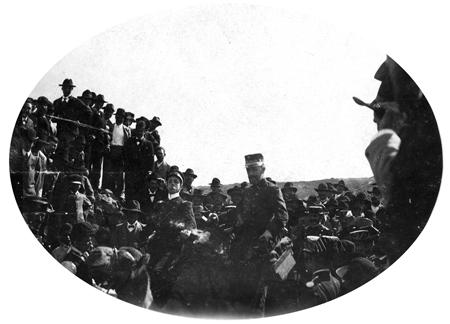 Alfonso XIII y el ministro de la Guerra subidos a la camella de Angelito el Fino. | FOTO MEMORIADELANZAROTE.COM (COLECCIÓN FAMILIA MATALLANA)