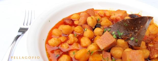Una de las especialidades, las garbanzas Tía Lola, según receta inspirada en la de la abuela de la cocinera Dolores García. | FOTO YURI MILLARES