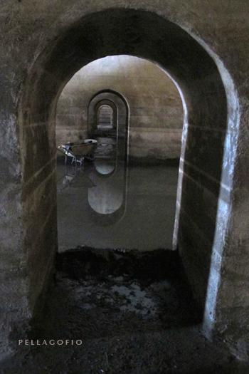 Los aljibes están comunicados todos entre sí por estas aberturas en las paredes medianeras. | FOTO Y. MILLARES