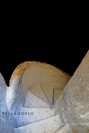 Detalle de las empinadas escaleras que descienden al fondo de los aljibes. | FOTO Y. MILLARES